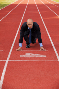 Businessman at the start line of running trackの写真素材 [FYI03655910]