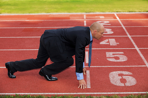 Businessman at the start line of running trackの写真素材 [FYI03655913]