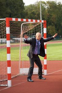 Businessman defending goalの写真素材 [FYI03655927]