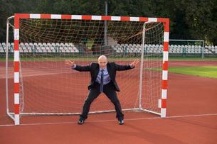 Businessman defending goalの写真素材 [FYI03655929]