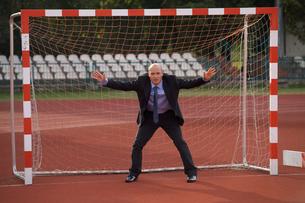 Businessman defending goalの写真素材 [FYI03655930]