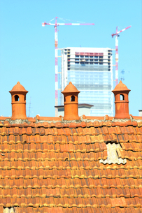 Three old chimney pot with modern construction in the backgroundの写真素材 [FYI03656072]