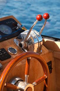 Steering wheel on luxury boatの写真素材 [FYI03656091]