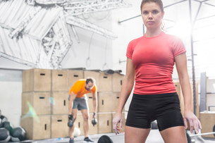 Portrait of confident woman standing in crossfit gymの写真素材 [FYI03656200]