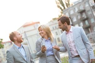 Cheerful businesspeople walking in cityの写真素材 [FYI03656606]