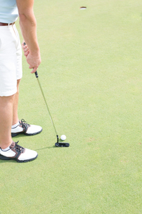 Low section of mid-adult man playing golfの写真素材 [FYI03656609]