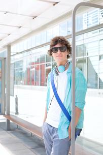 Portrait of confident man waiting at bus stopの写真素材 [FYI03656743]