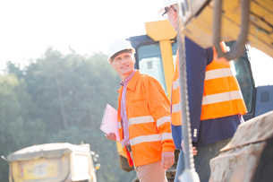 Supervisors discussing at construction site on sunny dayの写真素材 [FYI03656947]