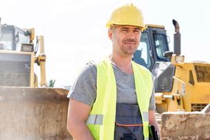 Portrait of confident supervisor standing at construction siteの写真素材 [FYI03657037]