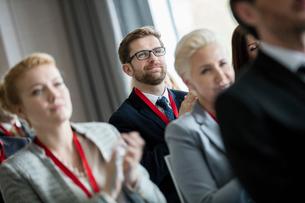 Business people applauding during seminarの写真素材 [FYI03657432]