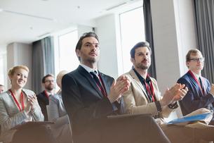 Business people applauding during seminarの写真素材 [FYI03657471]