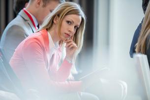 Portrait of confident businesswoman sitting in seminar hallの写真素材 [FYI03657497]