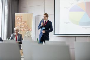 Businessman explaining pie chart in seminar hallの写真素材 [FYI03657536]
