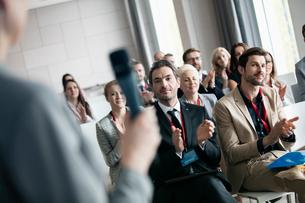 Business people applauding for public speaker during seminarの写真素材 [FYI03657546]