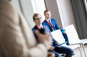 Businessmen and public speaker in seminar hallの写真素材 [FYI03657600]