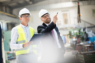 Mid adult male supervisors having discussion in metal industryの写真素材 [FYI03657622]