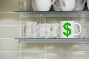 Cup on shelf with Dollar symbolの写真素材 [FYI03657827]