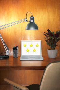 Laptop with 5 starsの写真素材 [FYI03657856]