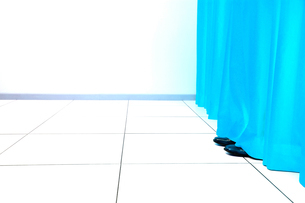 Feet Behind Curtainの写真素材 [FYI03657866]