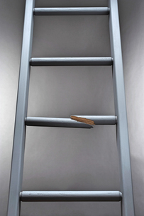 Ladder with one step brokenの写真素材 [FYI03657874]
