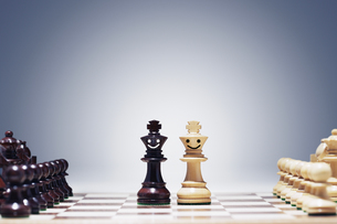 Chess pieces as little action figuresの写真素材 [FYI03657889]