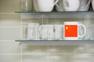 Mug on shelfの写真素材 [FYI03657892]