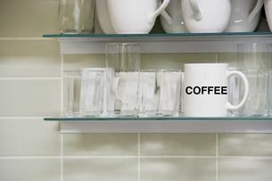 Mug on shelf with the words coffeeの写真素材 [FYI03657899]