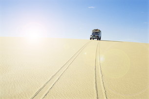 Car in hot desertの写真素材 [FYI03657904]