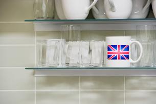 Mug on shelfの写真素材 [FYI03657914]
