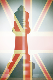 King Chess Piece in front of union jackの写真素材 [FYI03657915]