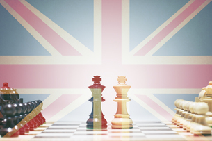 Chess Pieces in front of union jackの写真素材 [FYI03657916]