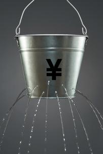 Leaky Yen Bucketの写真素材 [FYI03657933]