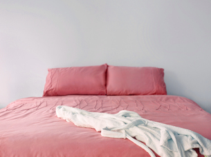 pink bedding on double bedの写真素材 [FYI03657977]