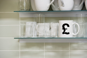 Cup on shelf with pound symbolの写真素材 [FYI03657984]