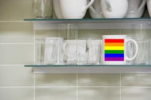 Mug on shelfの写真素材 [FYI03657987]