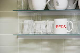 Mug on shelfの写真素材 [FYI03657989]