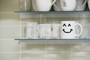Mug on shelfの写真素材 [FYI03657997]