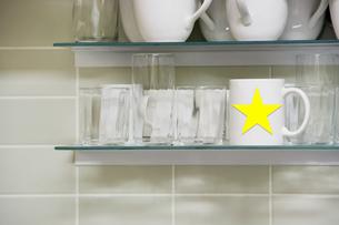 Mug on shelfの写真素材 [FYI03658003]