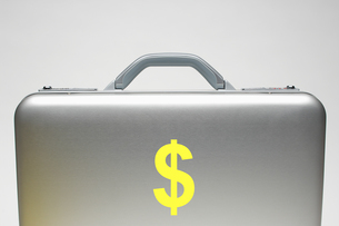Silver briefcase with dollar symbolの写真素材 [FYI03658016]