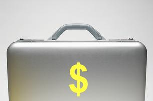 Silver briefcase with dollar symbolの写真素材 [FYI03658016]