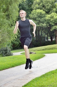 Fit and Healthy Caucasian man running in parkの写真素材 [FYI03658116]