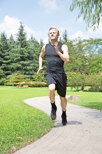 Fit and Healthy Caucasian man running in parkの写真素材 [FYI03658119]