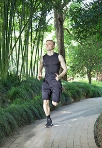 Fit and Healthy Caucasian man running in parkの写真素材 [FYI03658122]