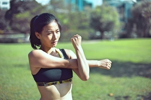 Beautiful asian woman stretching her muscles before her runの写真素材 [FYI03658137]