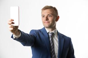 Businessman taking a selfieの写真素材 [FYI03658154]
