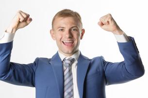Businessman raising hands and cheeringの写真素材 [FYI03658155]