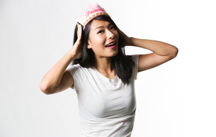 Chinese woman having fun with a princess crownの写真素材 [FYI03658166]