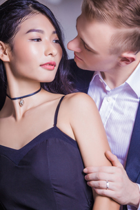 Close-up of romantic couple looking at each other in houseの写真素材 [FYI03658173]
