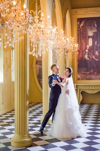 Happy wedding couple dancing in churchの写真素材 [FYI03658204]