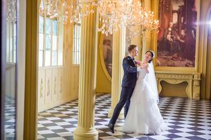 Full length of wedding couple dancing in churchの写真素材 [FYI03658205]